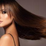 Lisser des cheveux bouclés est facile et rapide